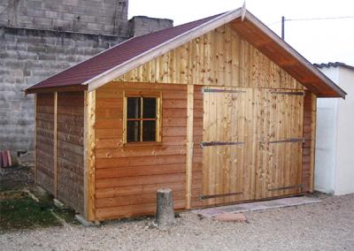 Abris extérieur avec portes en bois