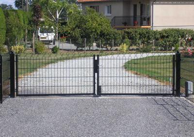 Clôture et portail couleur gris