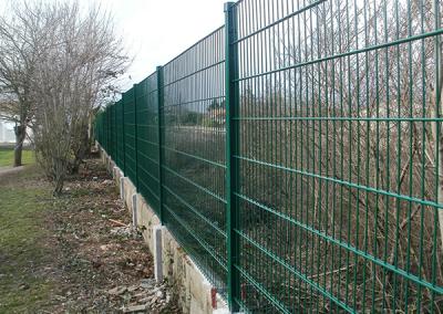 Clôture grillage avec panneau couleur vert