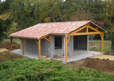 Construction sur-mesure de garage en béton avec auvent en bois
