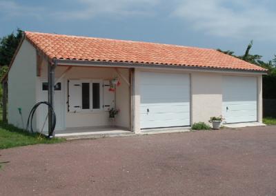 Garage double en béton avec abri à 2 pentes