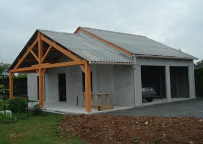 Hangar garage double en béton avec auvent en bois